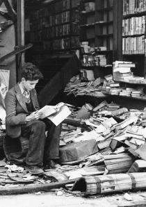 20-Bookstore-in-London-ruined-by-an-air-raid-1940